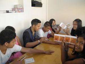Els alumnes jugant al memo de la casa on visc.