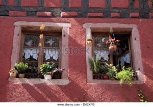 old-windows-in-the-village-riquewihr-alsace-france-d42xfb