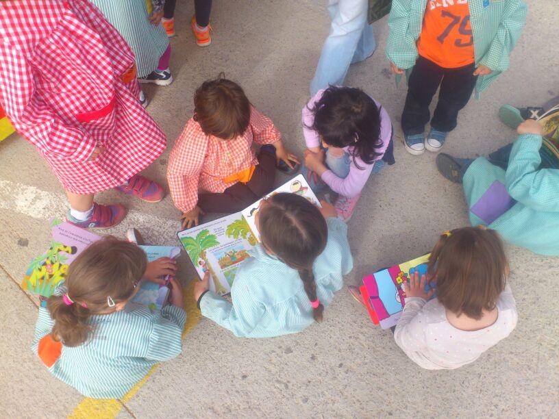 Alumnes d'infantil gaudint dels llibres
