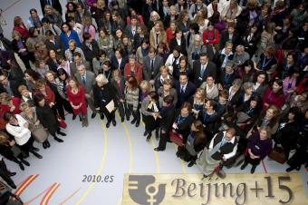 bibiana_aido_rodeada_participantes_foro_europeo_mujeres