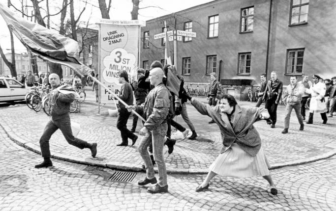 Dona amb bossa pega nazi