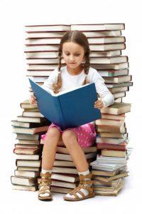 nina-leyendo-sola_1098-2048