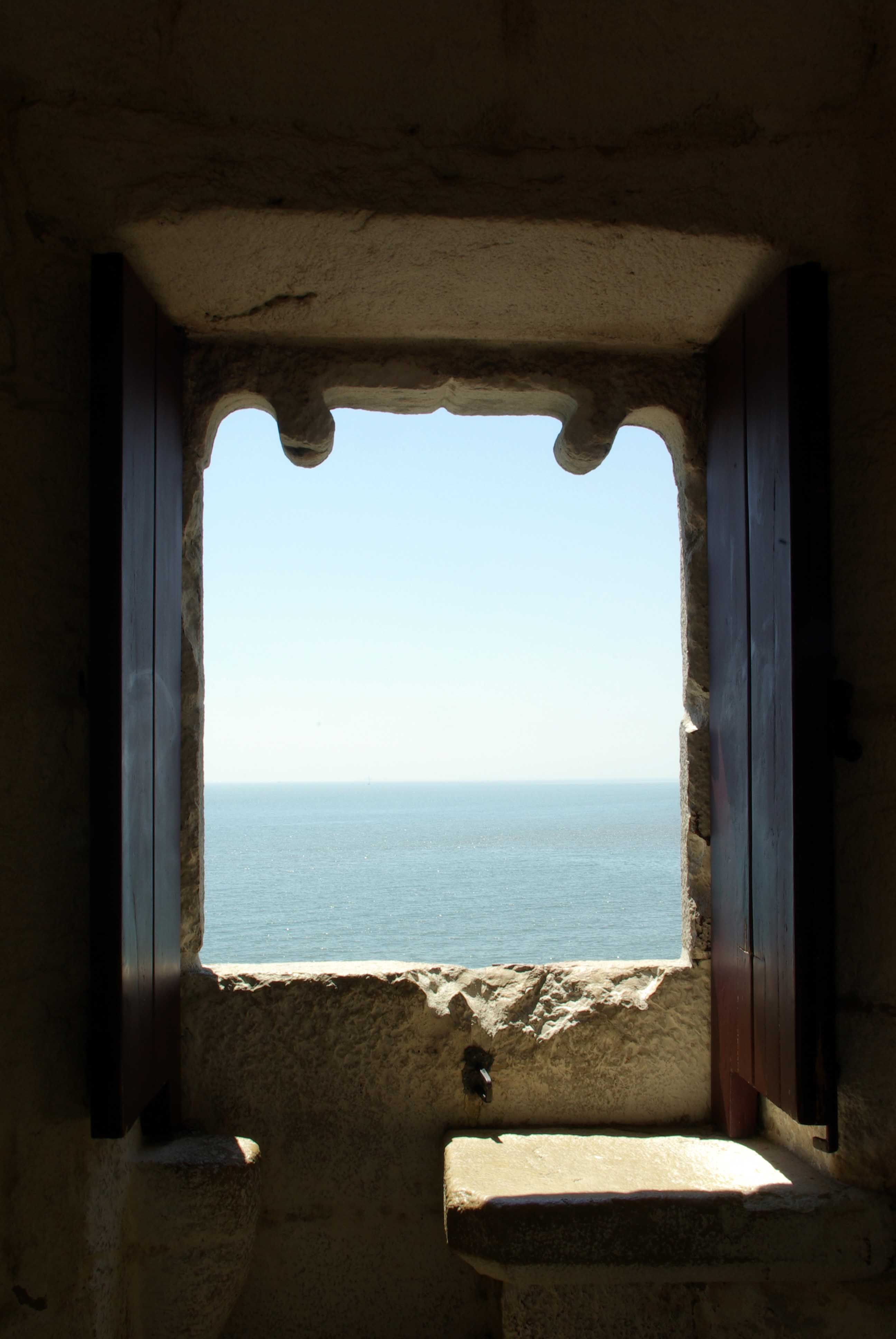 El terrible Atlàntic des de la Torre de Belem a l'estuari del Tajo (Lisboa)