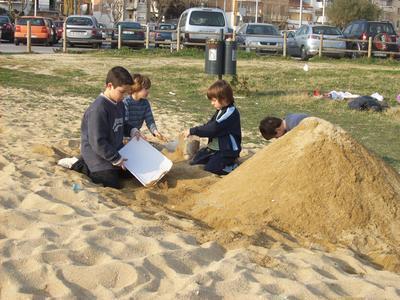 Nens de 3r D utilitzant plànols per construir una piràmide de sorra, SORTIRÀ BÉ ¡¡¡¡