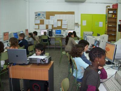 """Classe de 3r D a l'aula d'informàtica penjant la seva """"letter to father christmas"""""""