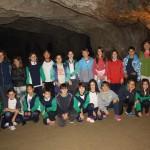 Alumnes de cinquè durant la visita a la cova