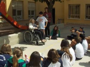 La Sra. Lurdes Bergadà al pati de l'escola amb l'alumnat de sisè.