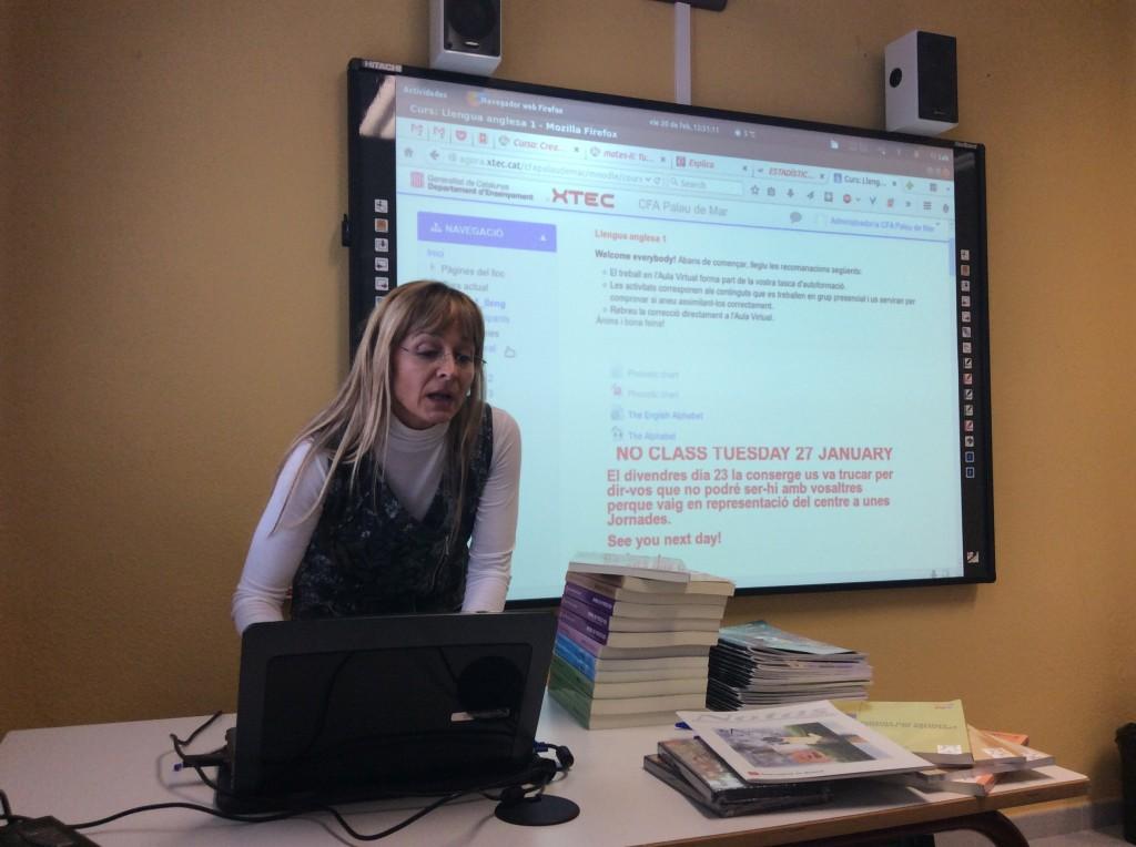 M. Àngels Araújo explicant l'ús de l'aula virtual del CFA Palau de Mar