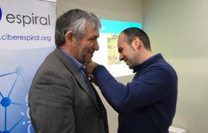 Juan Carlos Palomino, president d'Espiral, imposant a Joan Padrós la insignia que l'acredita com a soci d'honor