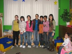 Els alumnes de l'institut Pau Casals expliquen contes a la Biblioteca de Lloreda