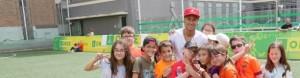 Imatge del Neymar amb un grup d'alumnes del CRE.