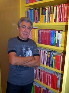 Jordi Sierra i Fabra, davant dels seus llibres
