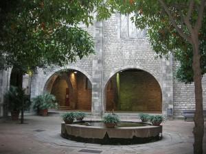 Pati dels tarongers, entre el Tinell i les muralles romanes (Barcelona)
