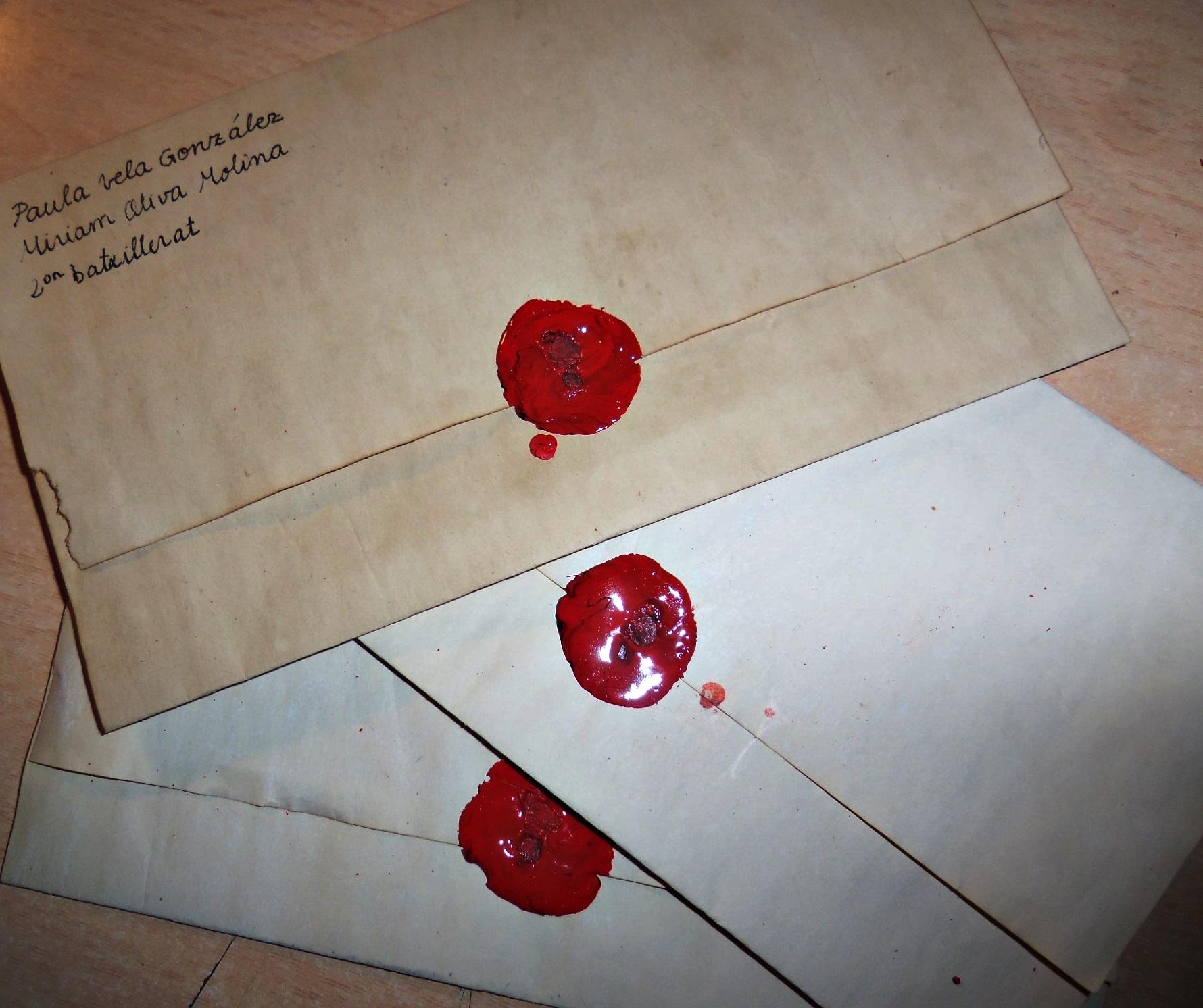 Cartes elaborades de forma casolana amb segell de lacre, imitant l'estil de les cartes antigues