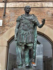 Juli Cèsar amb vestit militar, mostra del seu poder