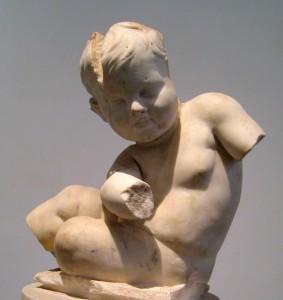 Escultura de un niño o niña en el museo Antiquarium del Palatino en Roma