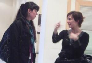 L'actriu Clara Segura amb la seva professora de grec de l'institut Sant Just Desvern (Margalida Capellà)