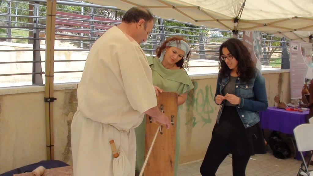 """Chaymae aprenent a fer corda amb el """"funicularius"""""""