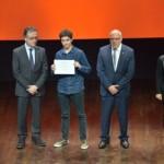 L'Arnau posant orgullós amb el diploma
