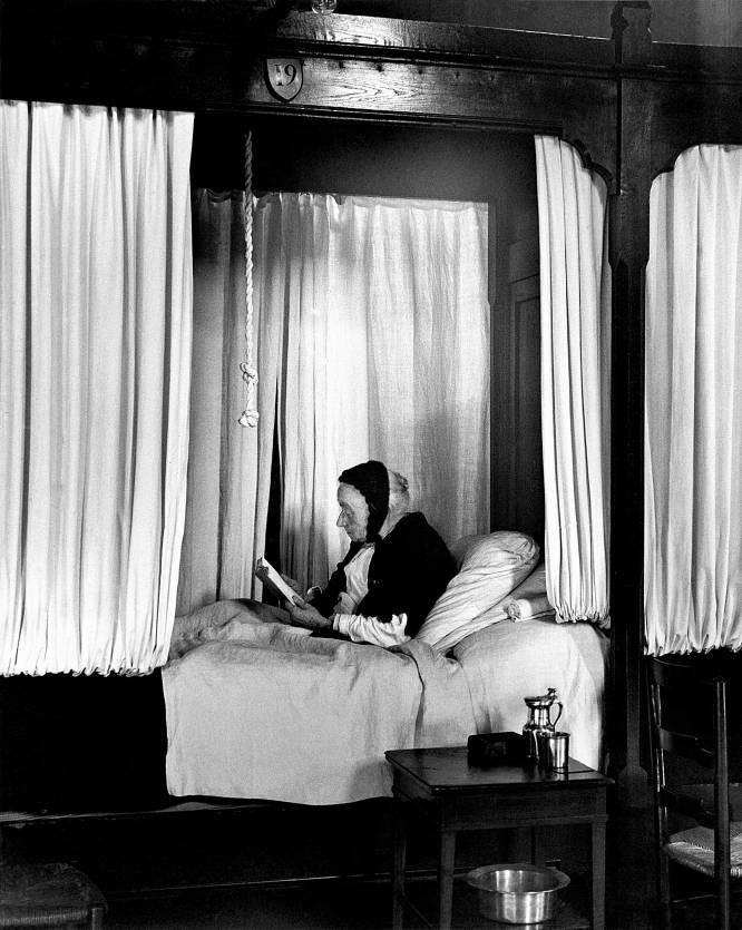 Una mujer leyendo en el hospicio de Beaune, Francia, en 1929 © André Kertész
