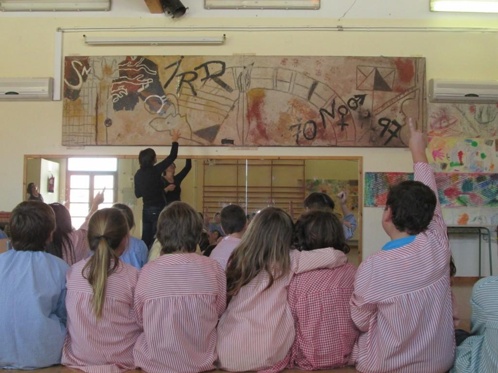 Mirem el quadre que van fer els nens i nenes de l'escola l'any 1997 inspirat amb el llibre Mur de Tàpies.