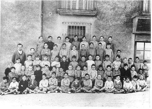 1930. Escola de nens a cura del mestre Josep Bech. Lloc: Carrer de Sant Joan, nº1. Arxiu Municipal.