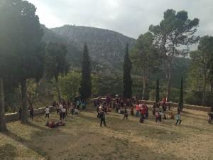 Els alumnes i les alumnes de l'escola juguen després de fer les activitats