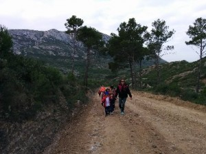 Els alumnes i les alumnes d'educació infantil camí de l'ermita de Santa Caterina
