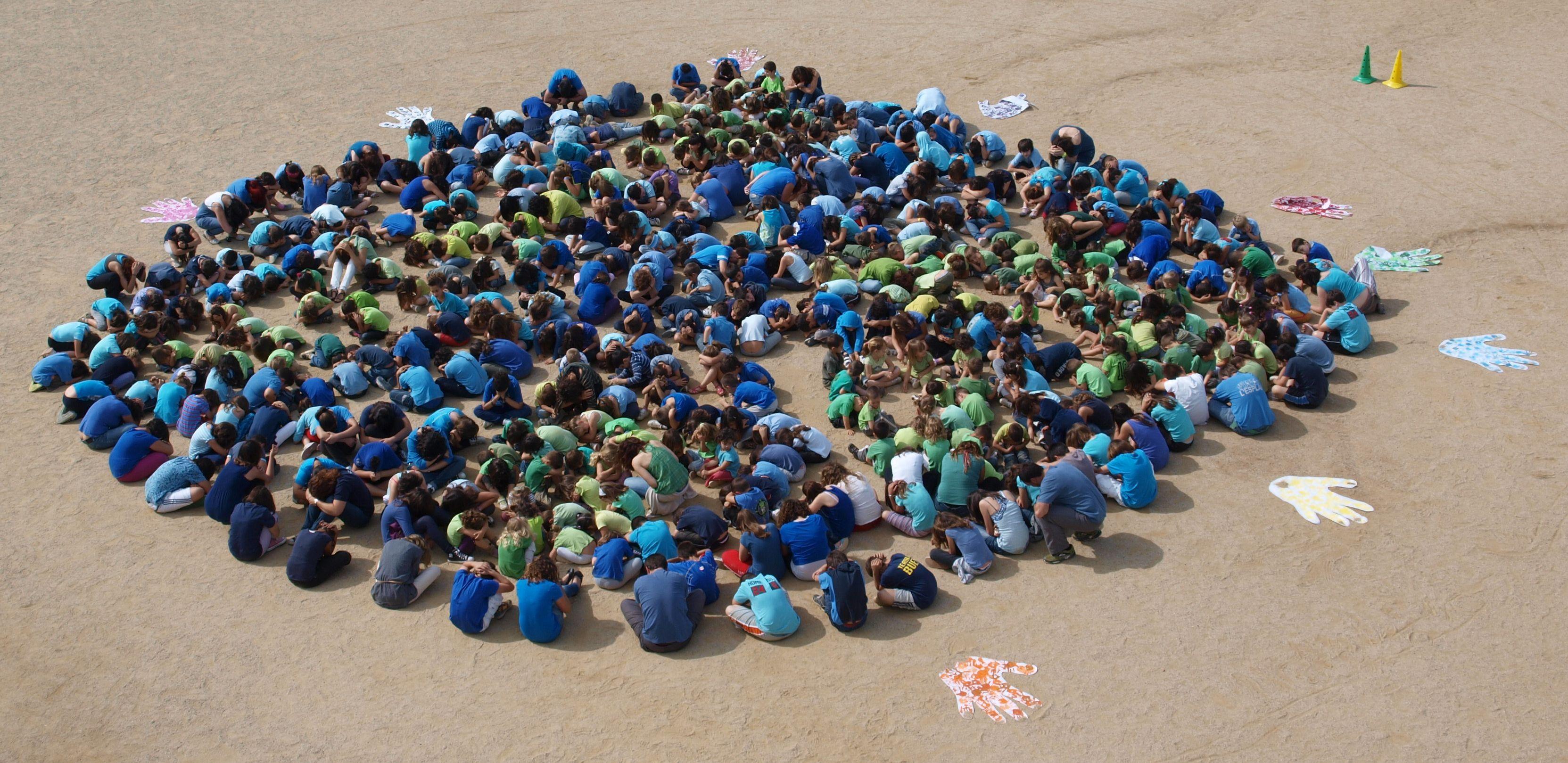 Tots els alumnes de l' escola units formant la Terra
