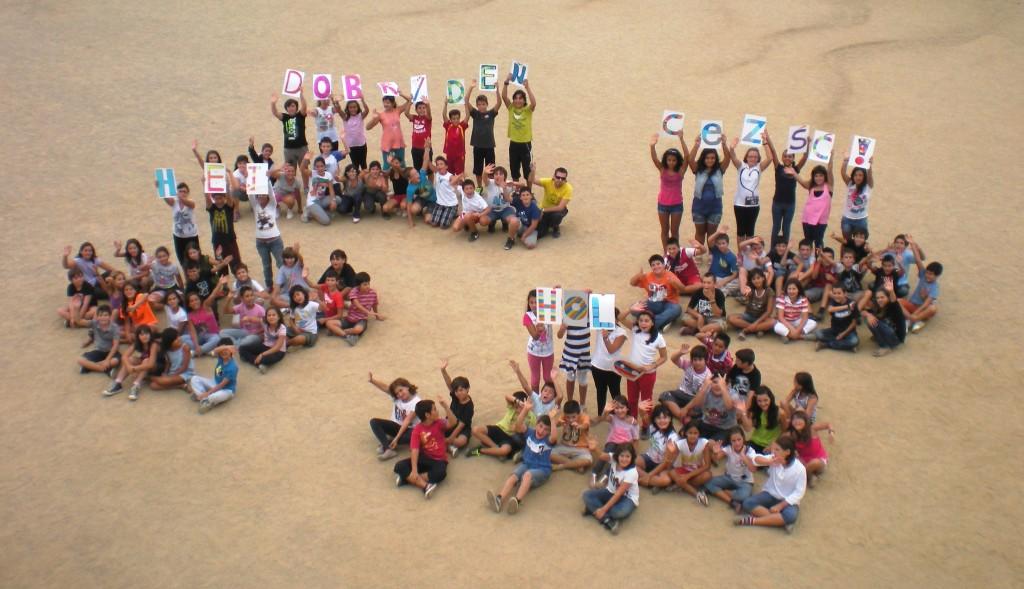 Alumnes del Cicle Superior realitzant una acció pel projecte Comenius