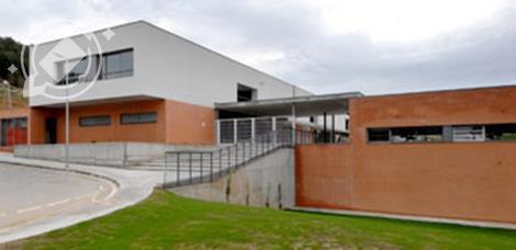 Situada a Sant Iscle de Vallalta en un entorn privilegiat envoltat de natura. Els alumnes de l'Escola estan repartits en nou grups: 3 grups d'Educació Infantil i 6 grups de primària..