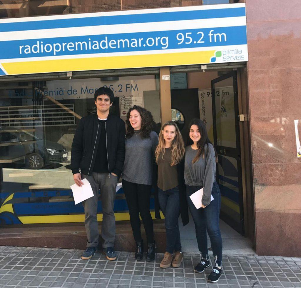 En Jin, la Sandra, la Laia i jo a l'entrada de la radio.