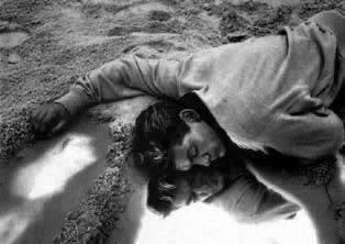 Escena de la pel.lícula on apareix un poeta mort