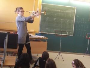 """La mestra de 6è A de l'escola, la Freya, """"toca la trompeta"""" Ens l'ha portat i ens ha explicat moltes coses. GRÀCIES FREYA!!"""