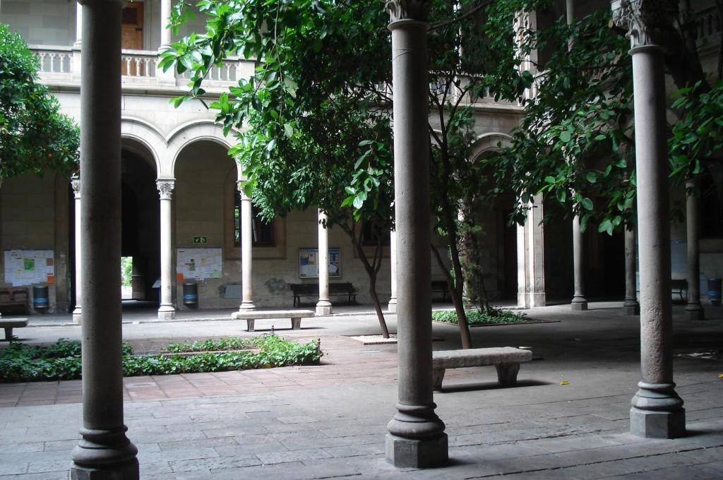 Claustro de la Facultad de Filología de la Universitat de Barcelona