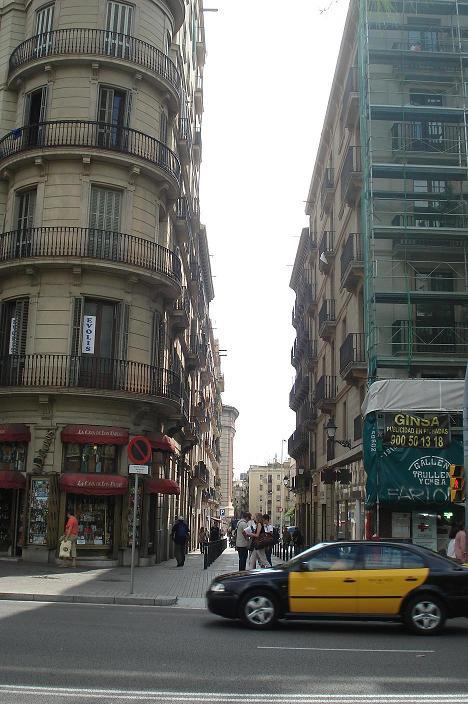 Confluencia de la Plaça Universitat, la Ronda Sant Antoni y el inicio de la calle Tallers; la puerta de entrada al infierno...
