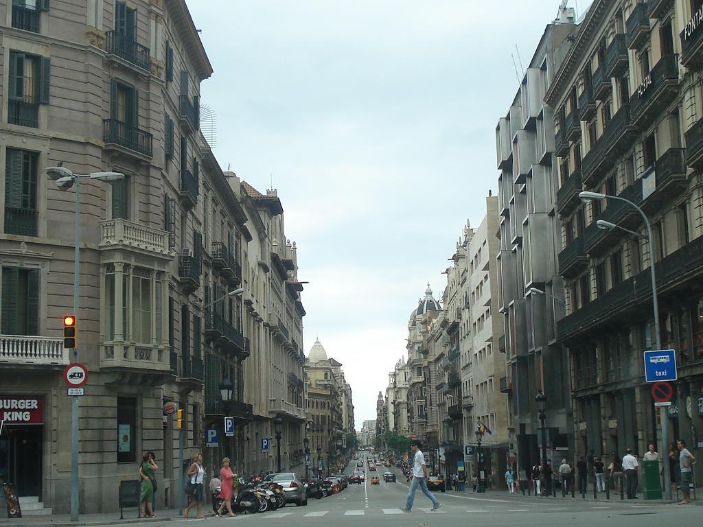 La Vía Layetana, con su suave declive desde la Plaza de Urquinaona