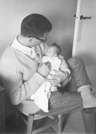Mi padre, de joven, con uno de sus hijos