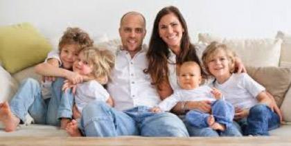 Hola! A casa som molta colla: el pare, la mare, els bessons, jo i el petit.