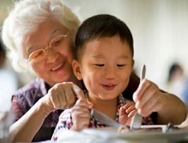 Jo soc en Xiao, visc amb la meva àvia. Els pares van anar a una altre país i quan ho tinguin tot arreglat ens ajuntarem.