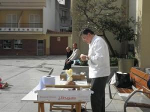 El passister josep ens ha fet una demostració de com fer mones a la plaça de l'esglèsia ,