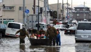 Equips de rescat auxilien els afectats pel tsunami