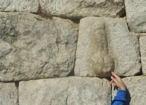 Fal·lus a la muralla d'Empúries