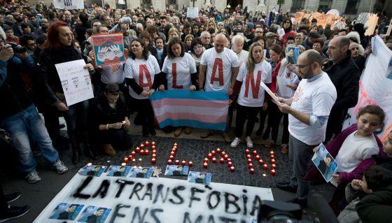 Manifestació del 27 de desembre a la plaça Sant Jaume de Barcelona contra la transfòbia i el bullying i en conmemoració de la mort de l'Alan. (www.elpais.com)