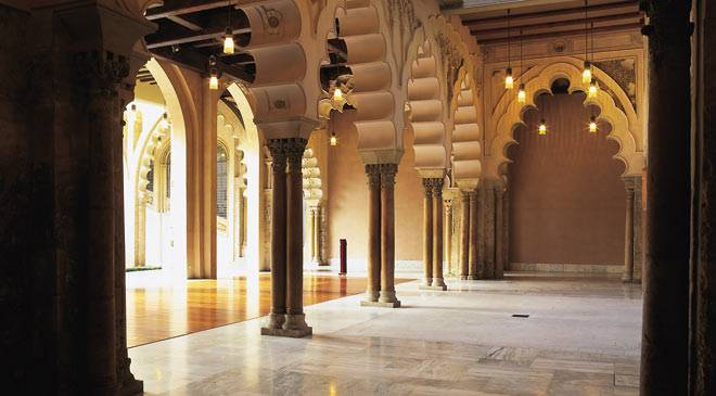 aljaferia_columnas_patio_santa_isabel_t5000476.jpg_1306973099