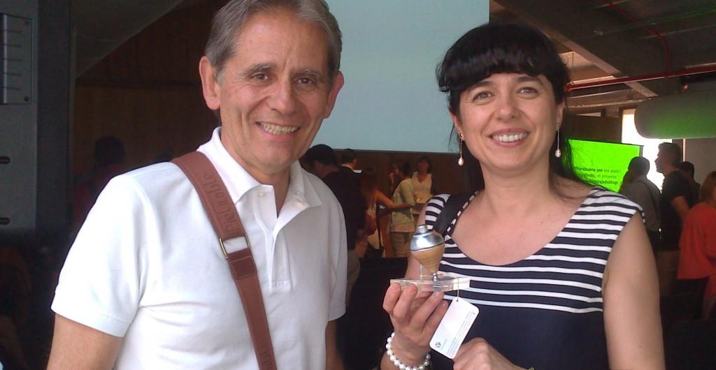 Bernat Ancochea, director IPM, amb Margalida Capellà recollint la baldufa d'Edublogs 2014