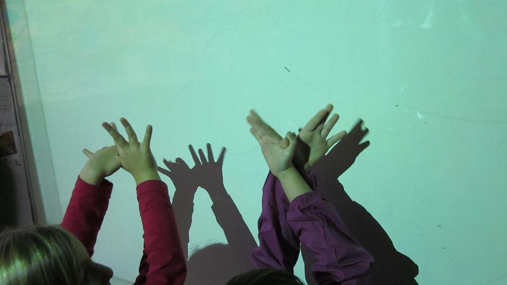 Els infants se n'adonen que les ombres estan a tot arreu, fins i tot en el projector de l'aula. Aprofitem i experimentem!