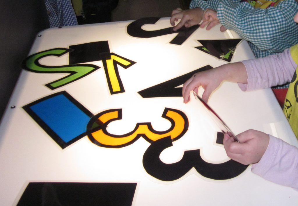 Vam aprofitar la taula de llum per tal de relacionar els nombres i les figures geomètriques amb la seva ombra corresponent.